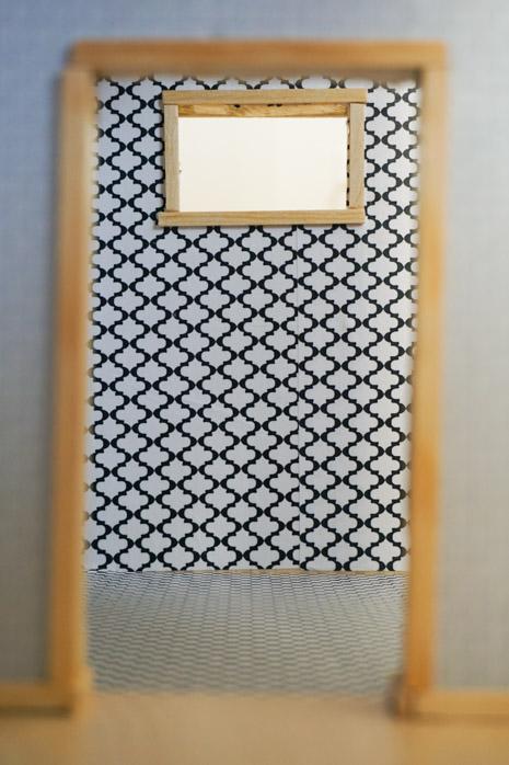 Mali prozor i tapete-ploćice u kupatilu