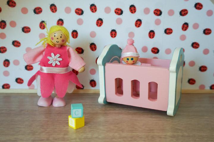 Mini Julija i Kasja u kućici za lutke