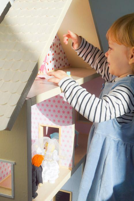 Mala Kasja se već igra našom kućicom za lutke