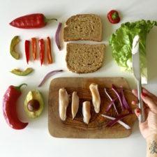 Sendvič sa piletinom i avokadom