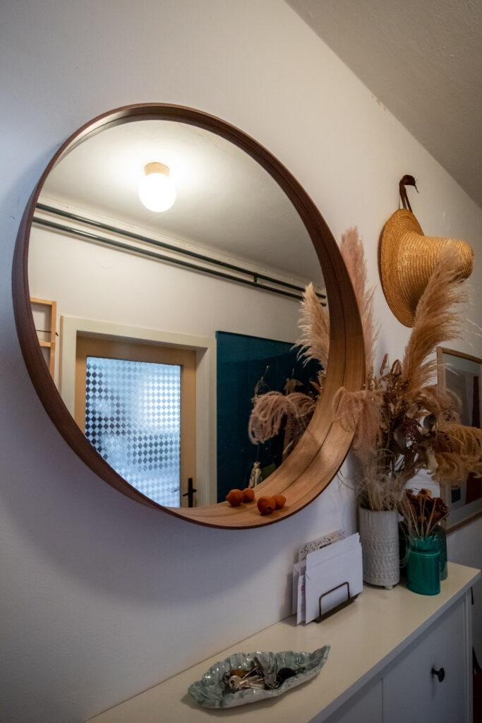 veliko, okruglo ogledalo u hodniku
