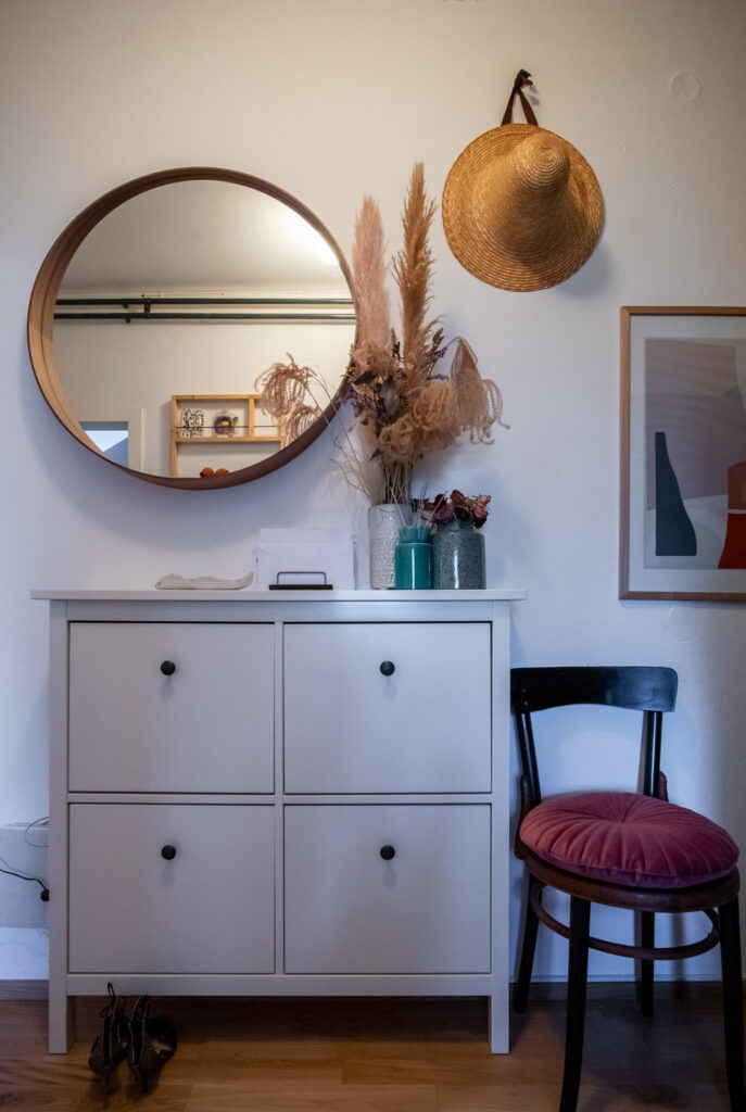 okruglo ogledalo, IKEA cipelarnik i vintage stolica