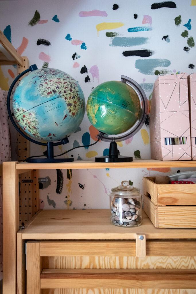 stari globusi u dečijoj sobi